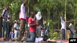 Des manifestants à Libreville, au Gabon.