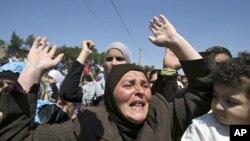 叙利亚人抵达黎巴嫩后呼喊反对叙利亚总统的口号