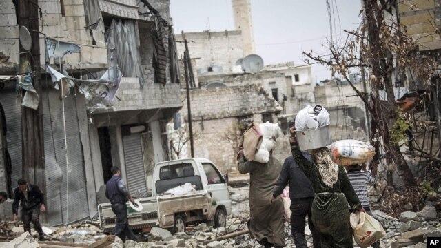 Sirijski civili napuštaju zbog bombardovanja svoje domove noseći samo najneophodniju imovinu