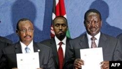 Thủ tướng Somalia Abdiweli Mohamed Ali (trái) và Thủ tướng Kenya Raila Odinga Raila Amollo Odinga cầm bảng tuyên bố chung được đưa ra sau cuộc họp ở Nairobi, Kenya
