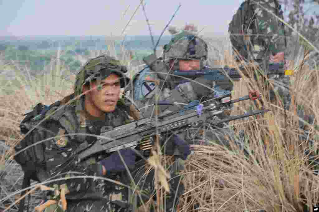 菲律賓麥格賽賽堡基地 (2012年4月18日) 清晨突襲﹐佔領142號高地。