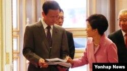 박근혜 한국 대통령(오른쪽)이 13일 청와대에서 김장수 청와대 국가안보실장으로부터 국가안보정책조정회의 관련 보고를 받고 있다.