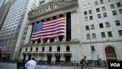 En Nueva York los operadores se preparan para iniciar una semana diferente, por primera vez Estados Unidos ve rebajada su calificación crediticia.