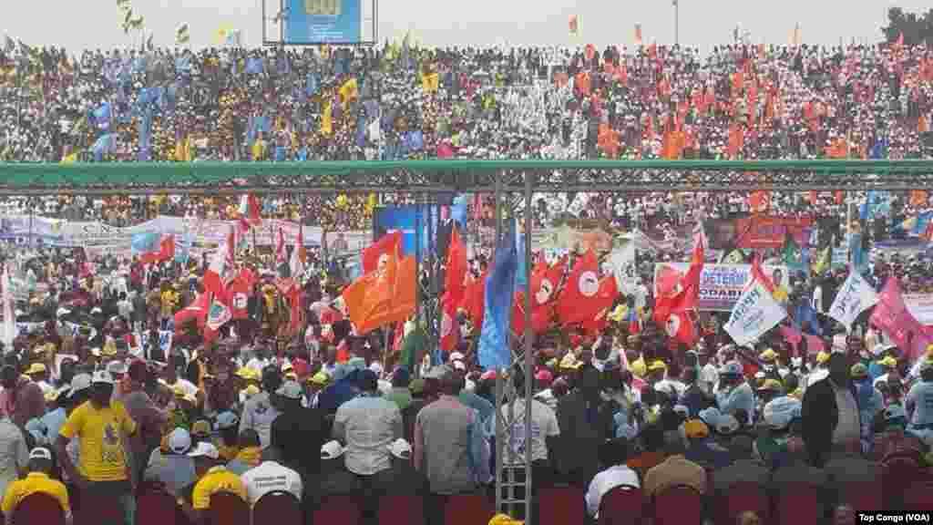 Aux couleurs de leurs partis, des dizaines des milliers de partisans se sont réunis au stade Tata Raphaël pour exprimer leur soutien au président Joseph Kabila, à Kinshasa, RDC, 29 juillet 2016. (VOA/Top Congo)