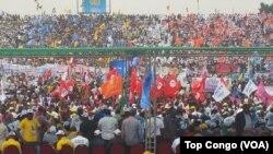 Aux couleurs de leurs partis, des dizaines des milliers de partisans se sont réunis au stade Tata Raphaël pour exprimer leur soutien au président Joseph Kabila, à Kinshasa, RDC, 29 juillet 2016. (Crédit Top Congo)