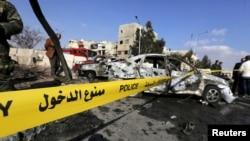 Tentara Suriah dan warga memeriksa lokasi ledakan bunuh diri di klub polisi di Damaskus, Masaken Barza, Suriah, 9 Februari 2016.