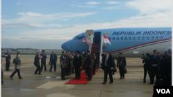 Presiden Joko Widodo beserta rombongan tiba di bandara militer Joint Base Andrews di Maryland, 25 Oktober 2015 (Foto: VOA/Dian)