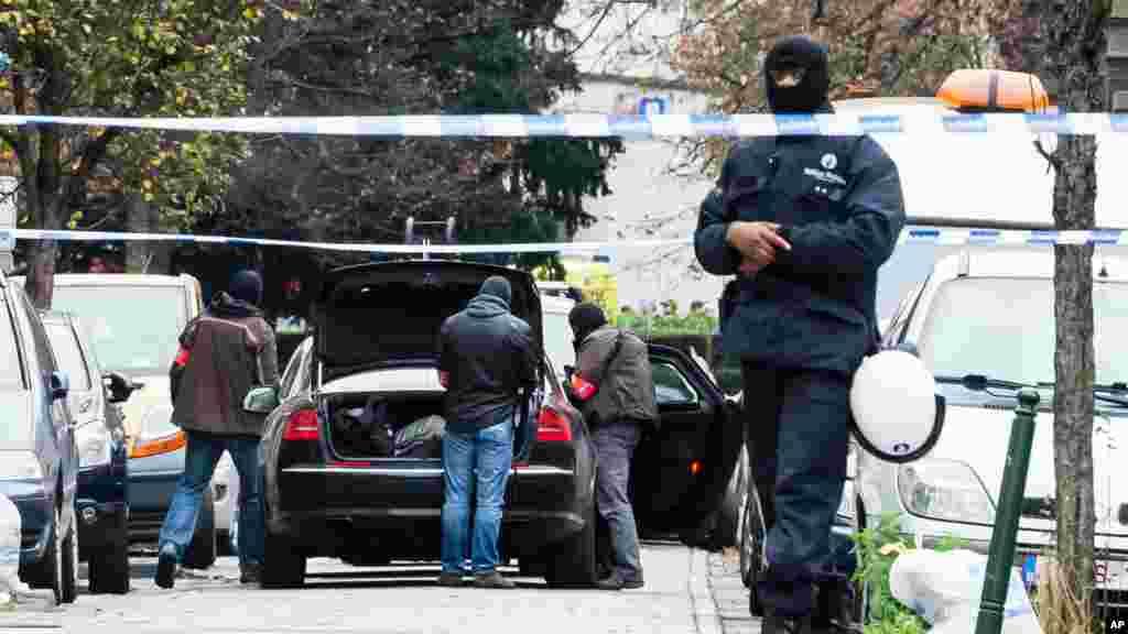 Des policiers se préparent à lancer un raid à Bruxelles, 16 novembre 2015.