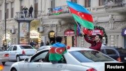 阿塞拜疆民众庆祝纳-卡和平协议的签署(路透社2020年11月10日)