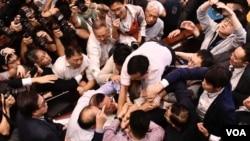 """建制及民主派議員在記者群中""""搶咪""""對罵,場面混亂。(美國之音特約記者 湯惠芸拍攝 )"""