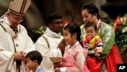 Lors de la messe de la veille de Noël au Vatican, le 24 décembre 2016.