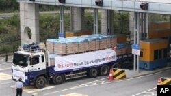 지난달 21일 한국의 국제 구호단체 '월드비전'의 대북 수해지원 밀가루 500t을 실은 화물차량 행렬이 북한으로 향하고 있다.(자료 사진)