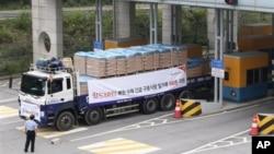 지난해 9월 한국의 국제 구호단체 '월드비전'의 대북 수해지원 밀가루가 북한으로 향하고 있다. (자료사진)