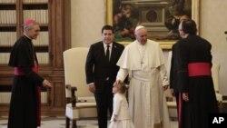 پوپ فرانسس پیراگوئے کے صدر ہوراشیو کارٹس اور اُن کی پوتی صوفیہ سے مل رہے ہیں۔ فائل فوٹو