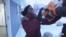 미국 노스다코타주에서 남수단 출신 난민 소녀 마리아 투야 양이 무료 배급 봉사를 준비하며 식료품 상자를 나르고 있다.