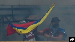"""Maduro dice que sus adversarios libran una """"guerra económica"""" para desbancarlo."""