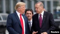 Presiden Turki Tayyip Erdogan saat bertemu Presiden AS Donald Trump (kiri) di sela-sela KTT NATO di Brussels, 11 Juli 2018 lalu.