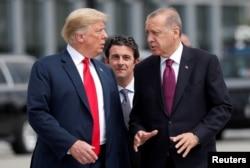 도널드 트럼프 미국 대통령(왼쪽)과 레제프 타이이프 에르도안 터키 대통령이 지난해 7월 벨기에 브뤼셀에서 열린 북대서양 조약 기구(NATO) 정상회의에서 만나 대화하고 있다.