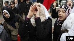 Phụ nữ Syria sinh sống ở Thổ Nhĩ Kỳ biểu tình trước sứ quán Syria để phản đối chính phủ cầm quyền của ông Al-Assad