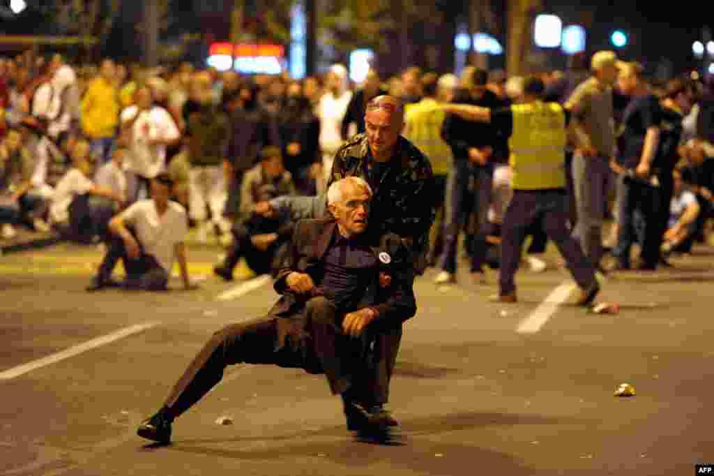 29 tháng 5: Một thành viên đảng cực đoan Serbia được đỡ dậy trong lúc đi biểu tình ở Belgrade để phản đối vụ bắt giữ ông Ratko Mladic. (Reuters)