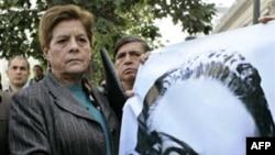 Một thành viên Đảng Cộng sản Chile cầm tấm ảnh của cố Tổng thống Salvador Allende trong 1 lễ kỷ niệm cuộc bầu cử khiến ông Allende trở thành tổng thống