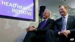 Pimpinan dan CEO General Electric Jeff Immelt (kiri) dan Komisaris NFL Roger Goodell dalam konferensi pers NFL di New York (11/3). General Electric bermitra dengan NFL, Militer Amerika dan berbagai pihak untuk mengembangkan penelitian terkait cedera kepala. (AP Photo/Seth Wenig)