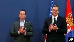 Specijalni izaslanik predsednika Trampa za pregovore Srbije i Kosova Ričard Grenel (levo) i predsednik Srbije Aleksandar Vučić aplaudiraju tokom konferencije za novinare u Beogradu, 22. septembra 2020. (Foto: AP/Darko Vojinović)