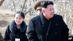 အကိုျဖစ္သူ ေျမာက္ကိုရီးယားေခါင္းေဆာင္ Kim Jong Un (ညာ) နဲ႔ အတူ Kim Yo Jong ဟာ၂၀၁၅ ခုႏွစ္က ေျမာက္ကိုရီးယား စစ္အေျခစိုက္စခန္းတခုကို သြားေရာက္ၾကည့္ရွဳစဥ္