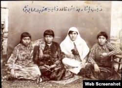 Zeynəb Paşa (sağdan ikinci) və yoldaşları