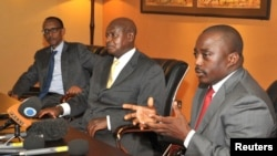 Les présidents Kabila (à dr.) et Kagamé (à g.) reçoivent la presse à Kampala en compagnie du président Museveni, le 21 nov. 2012