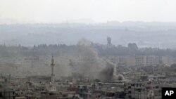 ຄວັນໄຟກຸ້ມຂຶ້ນສູ່ອາກາດ ໃນເມືອງທ່າ Latakia ຈາກການຍິງໂຈມຕີ ຂອງພວກລົດຖັງ ແລະເຮືອລົບຂອງລັດຖະບານ ຈາກທະເລ, ວັນທີ 15 ສິງຫາ 2011.
