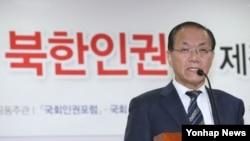 황우여 한국 새누리당 대표가 19일 국회 의원회관에서 열린 '역사적·시대적 과제로서의 북한인권법 제정 세미나'에 참석해 북한 인권법에 대한 입장을 밝히고 있다.