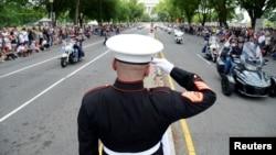 سلام نظامی یک سرپاس تفنگداران دریایی ایالات متحده آمریکا به موتورسواران در رژه مشهور به غرش صاعقه.