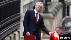 Menteri Inggris urusan Brexit, David Davis keluar dari kantor PM Inggris di London (foto: dok).