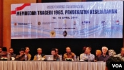 """Simposium """"Membedah Tragedi 1965"""" yang diprakarsai oleh oleh Dewan Pertimbangan Presiden dan Komnas HAM, di Jakarta (18/4). (VOA/Fathiyah Wardah)"""
