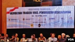 "Simposium ""Membedah Tragedi 1965"" yang diprakarsai oleh oleh Dewan Pertimbangan Presiden dan Komnas HAM, di di hotel Aryaduta, Jakarta hari Senin 18/4 (foto: VOA/Fathiyah)."