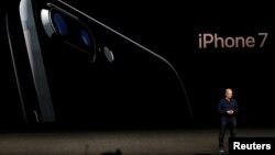 애플 최고경영자(CEO) 팀 쿡이 7일 미국 캘리포니아주 샌프란시스코에서 진행된 언론 공개행사에서 아이폰7에 대해 설명하고 있다.