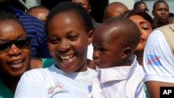 Esperance Nabintu dan anak laki-lakinya yang berusia satu tahun, Ebenezer Fataki, kembali ke rumah setelah dinyatakan sembuh dari Ebola, di Goma, Kongo, 13 Agustus 2019. (Foto: AP)