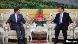 美国财政部长杰克•卢2013年3月19日在人民大会堂同中国国家主席习近平举行会谈时,跟中国国家主席习近平谈话。