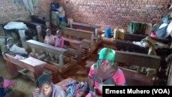 Dans une salle de classe de l'Ep Mwangaza, en RDC, le 3 mai 2017. (VOA/Ernest Muhero)