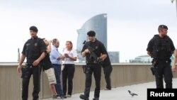 Polícia espanhola patrulha a praia La Barceloneta em Barcelona, Espanha, Agosto 19, 2017