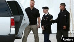 前陆军二等兵曼宁在作出证词后被护送出军事法庭