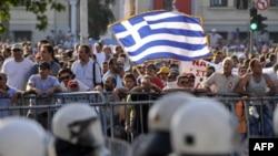 Грецькі демонстранти пікетують будинок парламенту в Афінах