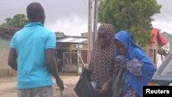 """Daya daga cikin 'yan banga da aka fi sani da """"Civilian JTF"""" yana aiki a kauyen Mafoni Jihar Borno watan Agusta 2013."""