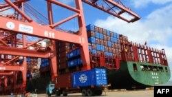 중국 장쑤성 렌윈강의 항구에서 트럭이 컨테이너를 싣고 이동하고 있다.