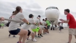 Колку луѓе се потребни да повлечат авион од 60 тони за хумани цели?
