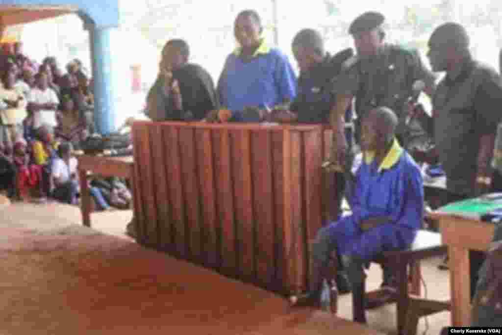 Un des accusés, en chemise bleue, lors du procès des rebelles présumés ADF, à Beni, RDC, le 24 août 2016. (VOA/Charly Kasereka)