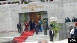 José Eduardo dos Santos à saída do Mausoléu de Agostinho Neto após a cerimónia de investidura (Foto: Cortesia de Dinho Chingunji)