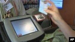 一名顧客在紐約的超級市場使用美國政府提供的食品券樣。