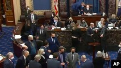 Trong một phiên họp của Thượng Viện hồi tháng Hai, 2021. Bà MacDonough ngồi ở hàng thứ hai phía sau, thứ ba từ phải.